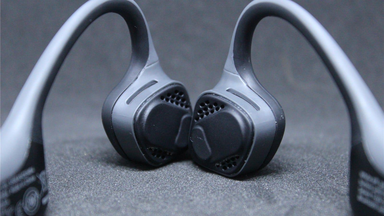 Aftershokz Trekz Air headphone speakers and pads.
