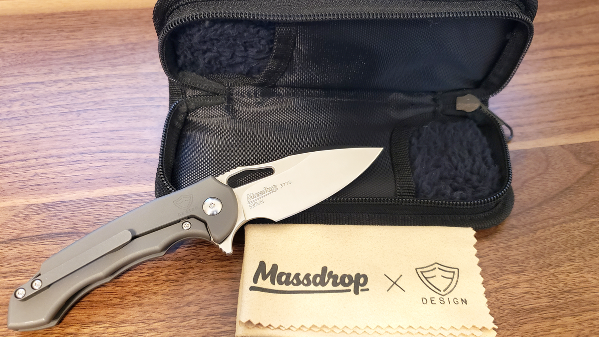The Ferrum Forge Falcon comes with a handy two-knife case and a polishing cloth.