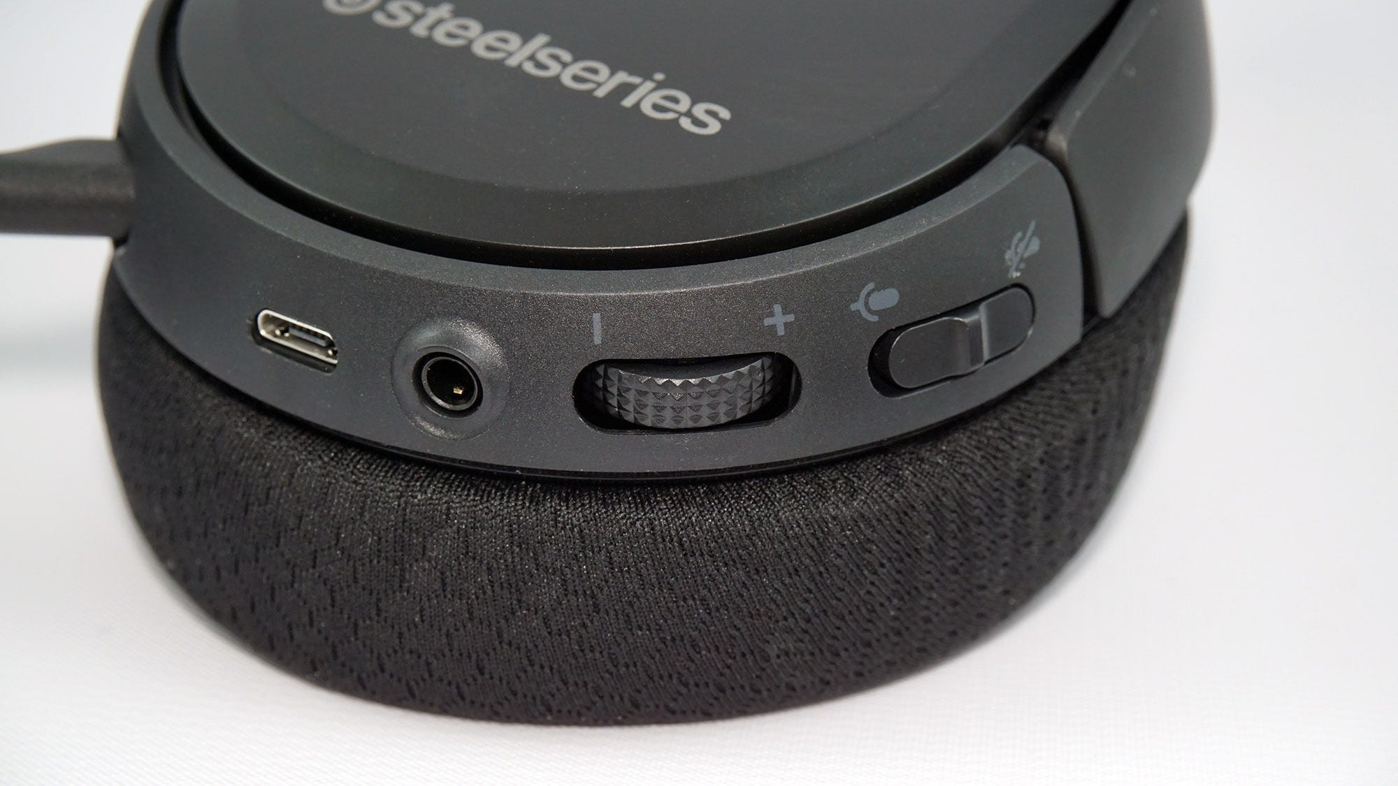 The volume controls on the SteelSeries Arctis 1 Headset.