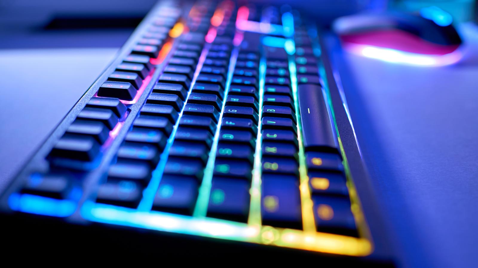 Игровая клавиатура со светодиодной подсветкой RGB, размытый фон, выборочный фокус, боке