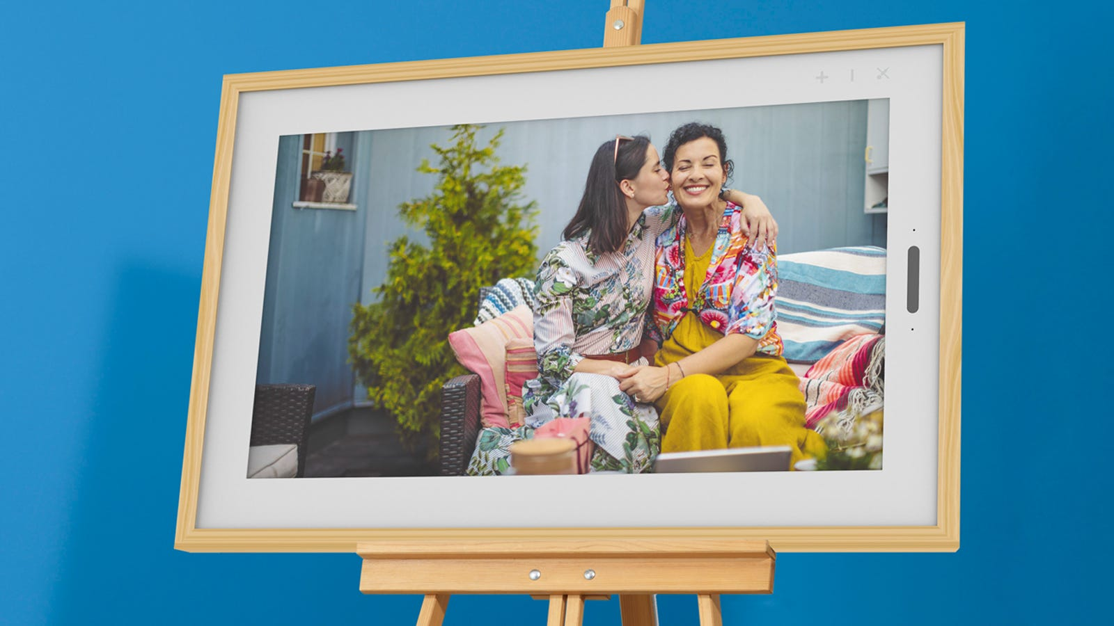 A close-up of the Lenovo Smart Frame, displaying a picture of a mother and daughter on a couch.