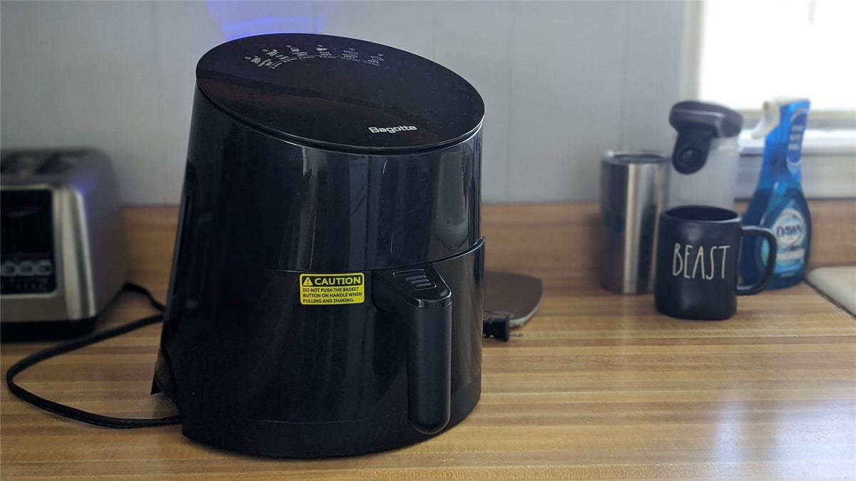 Bagotte 3.7l air fryer in black on a butcher block counter