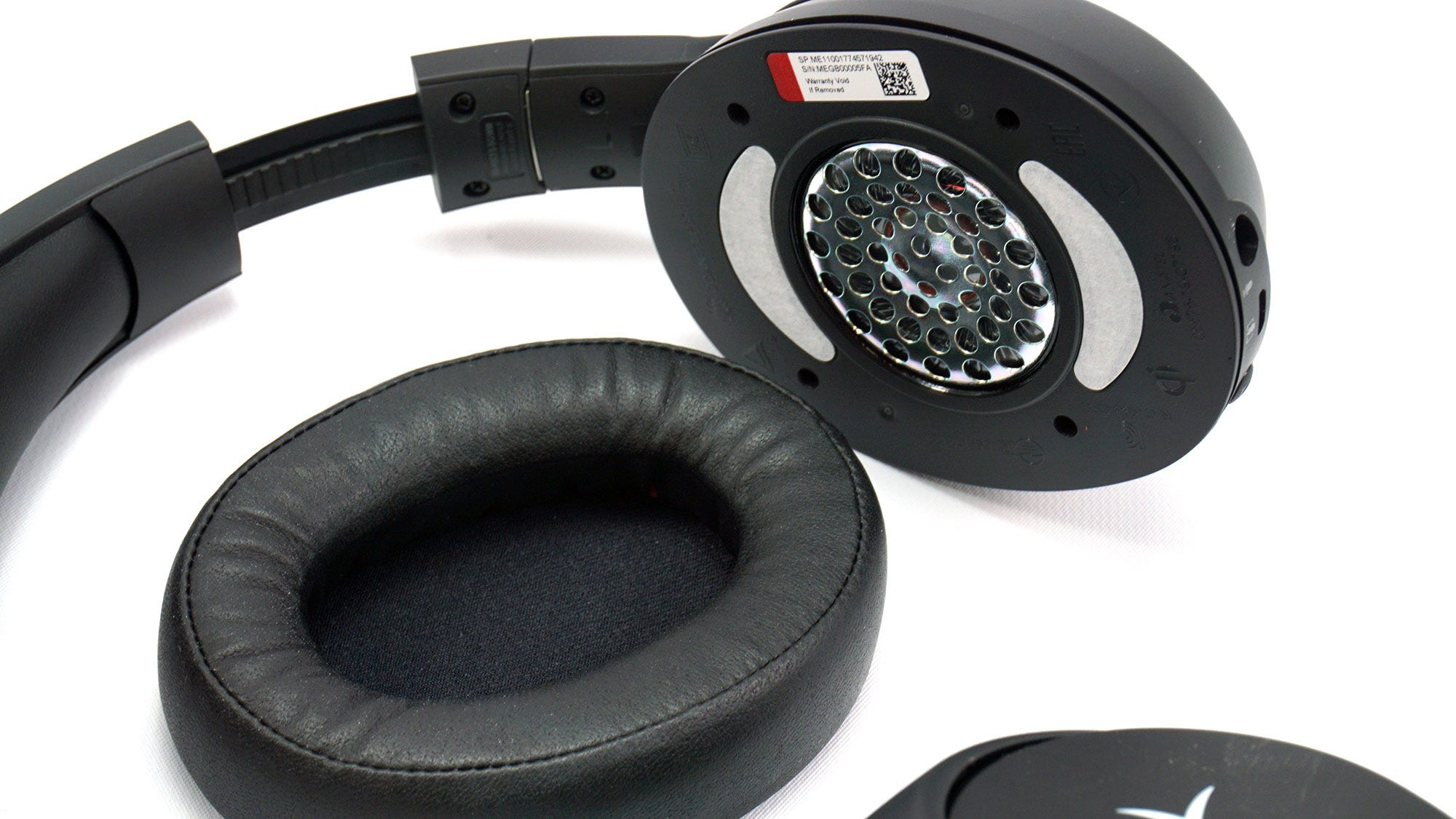 Removable ear cups on the Cloud Flight S.