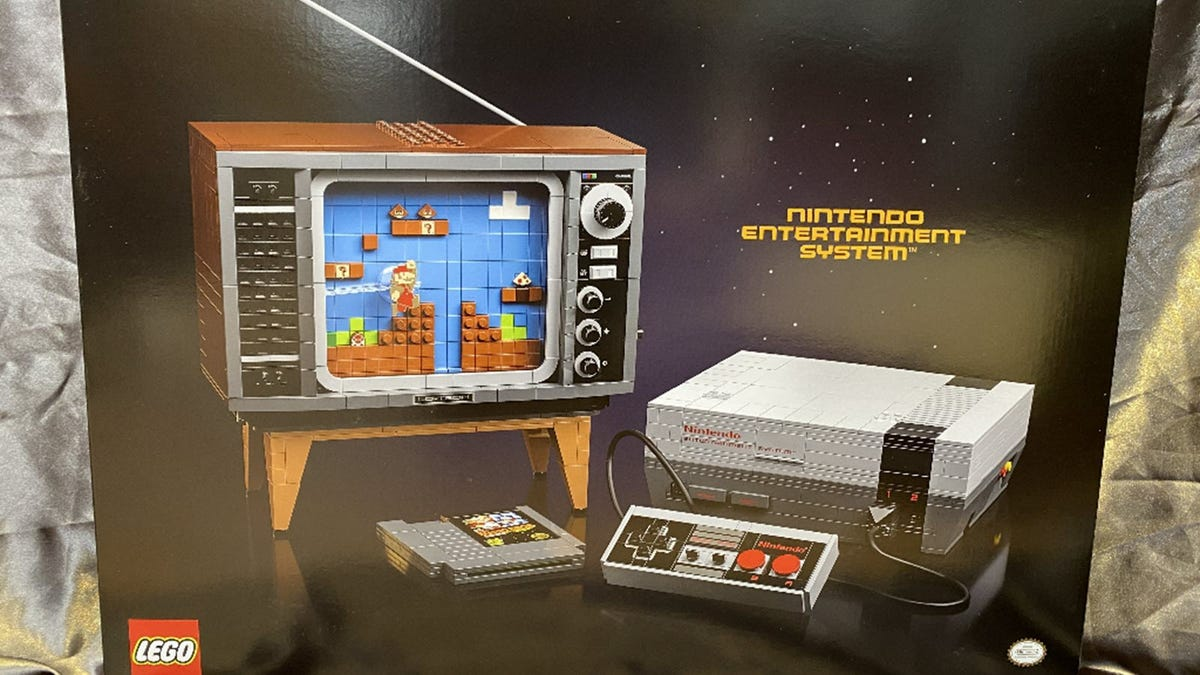 A TV and an NES in LEGO form
