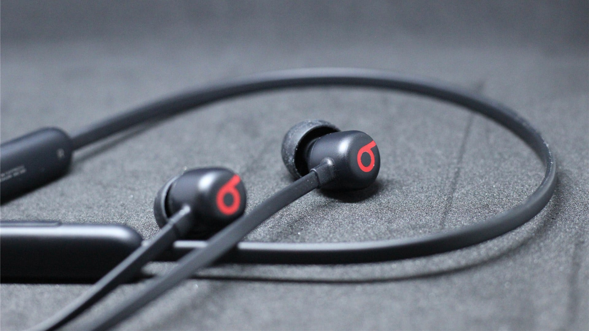 Highlighting the Beats logo on both earbuds
