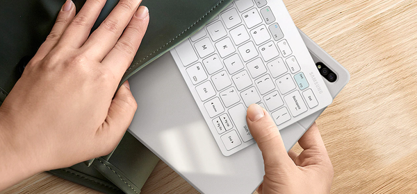 Samsung's New DeX Keyboard Makes the Most of Galaxy Gadgets