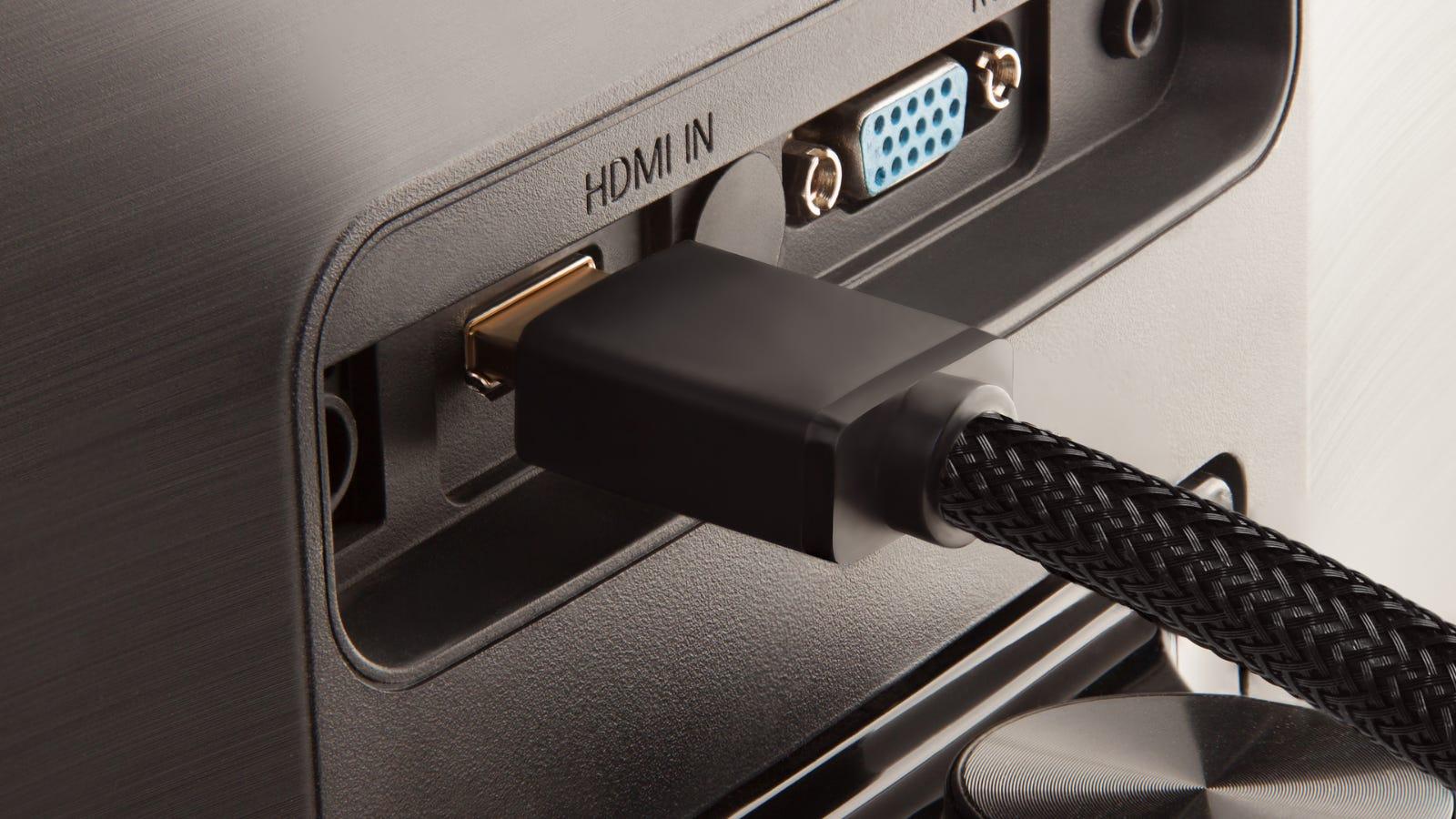 Cavo HDMI che entra nella porta sul retro del monitor