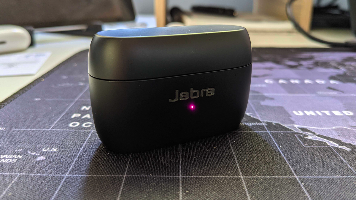 A photo of the Jabra Elite 85t charging case.