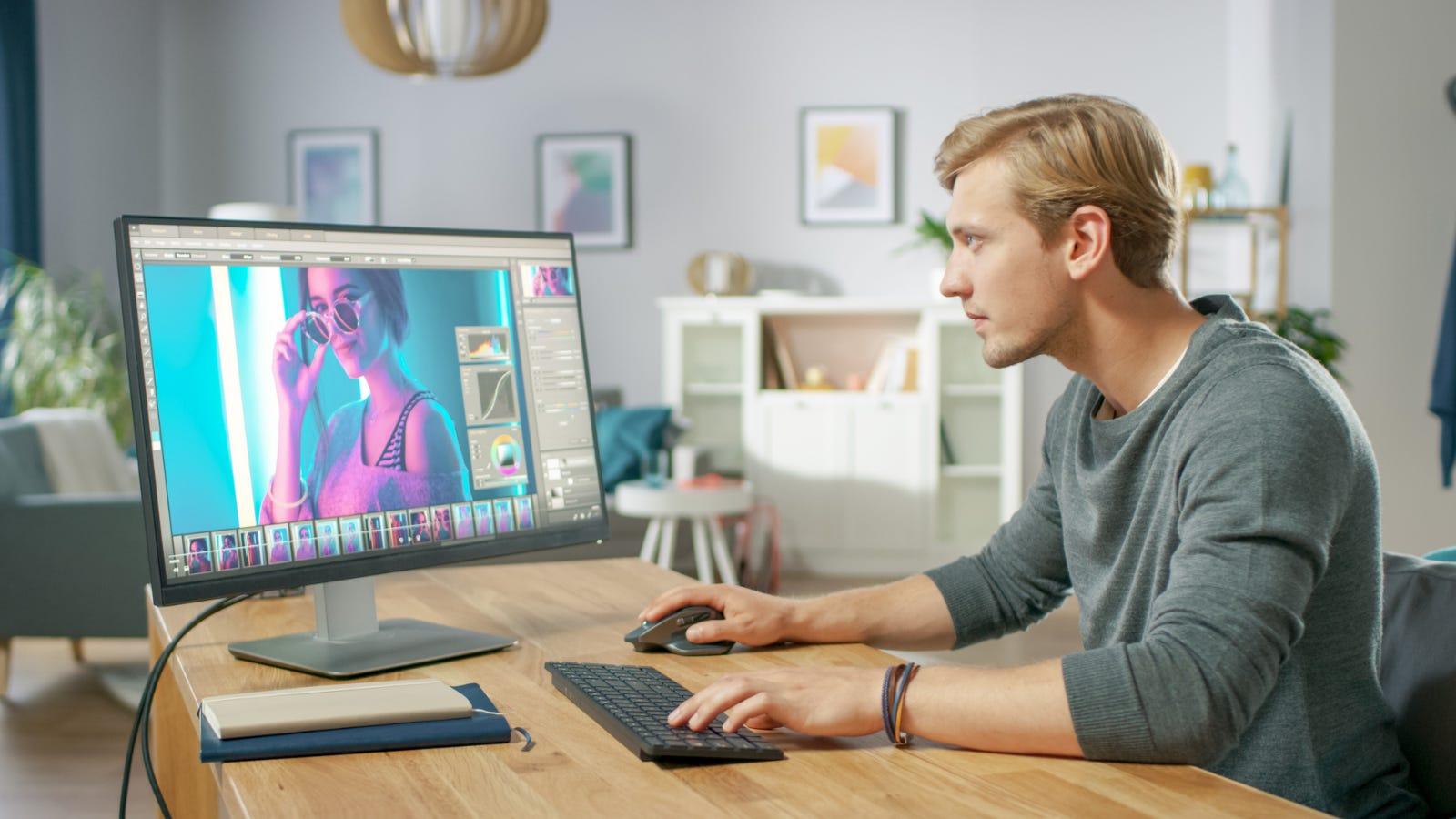 Fotoritocco della persona su un monitor