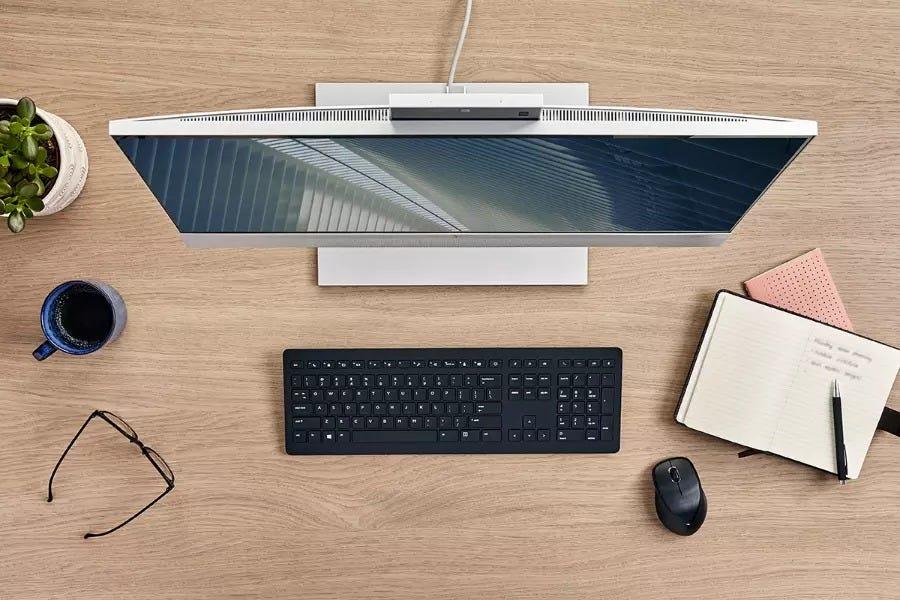 Вид сверху на EliteDesk 800 G8 на деревянном столе