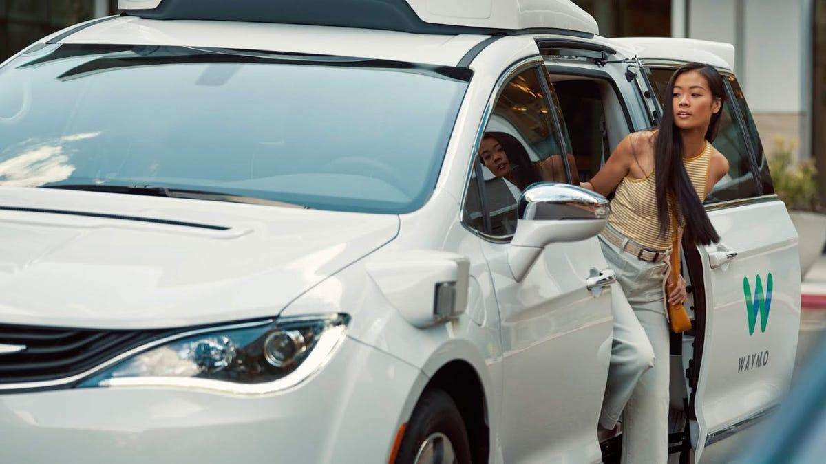 Девушка выходит из такси Waymo без водителя