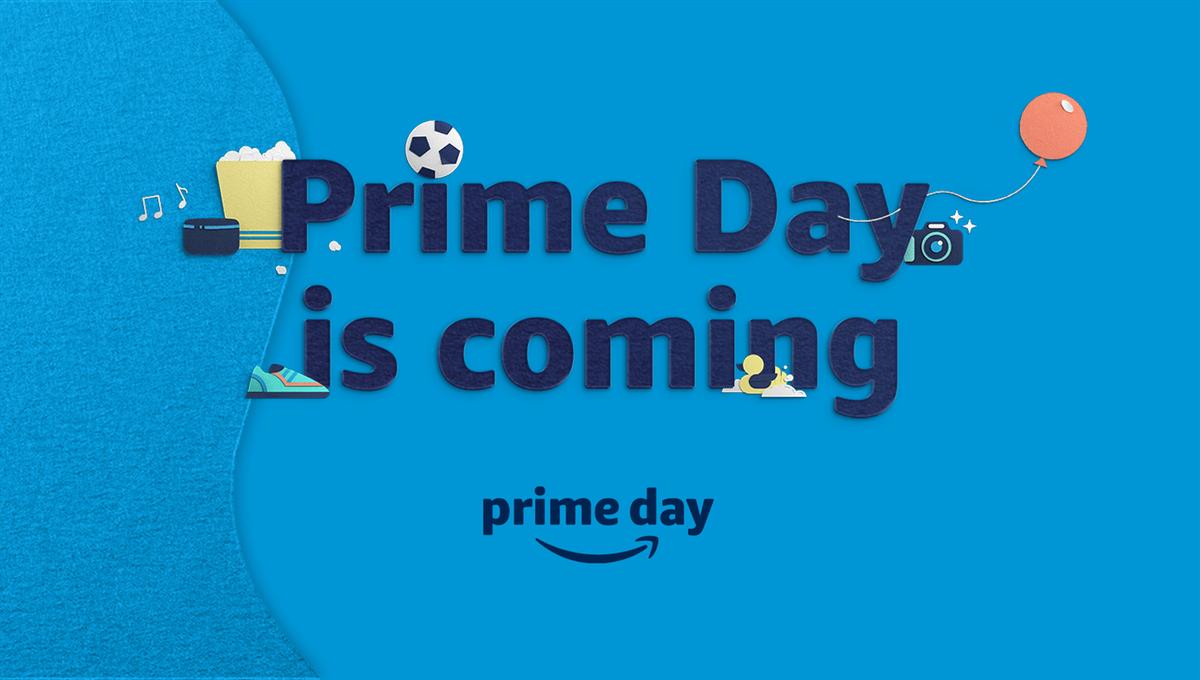 """""""Прайм День приближается"""" текст на синем фоне со спорадическими элементами, такими как воздушный шар, футбольный мяч и фотоаппарат."""