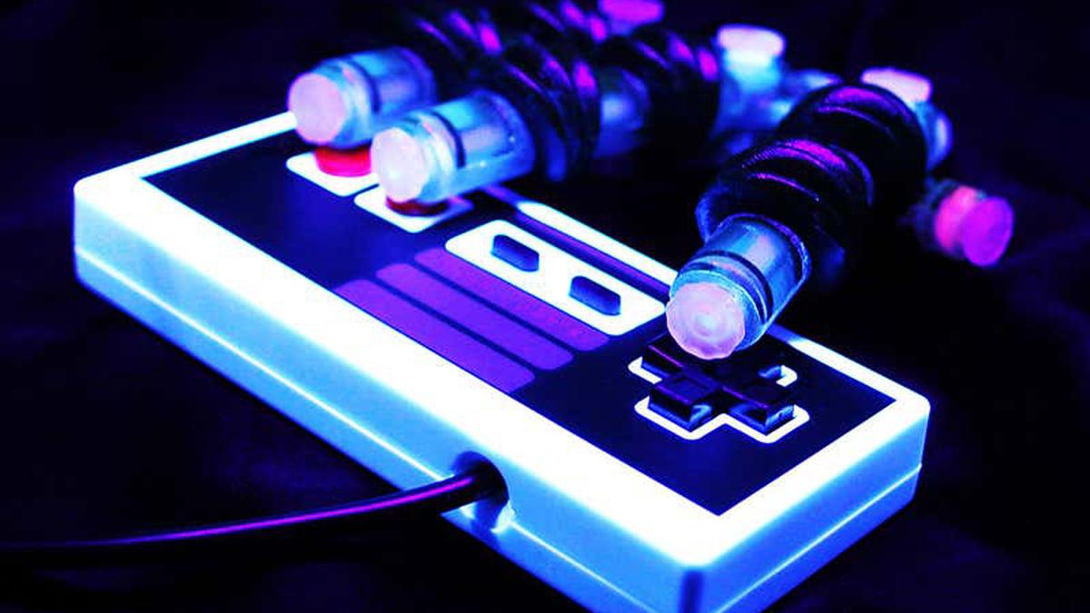 La morbida mano robotica di Sochol che suona un controller Nintendo