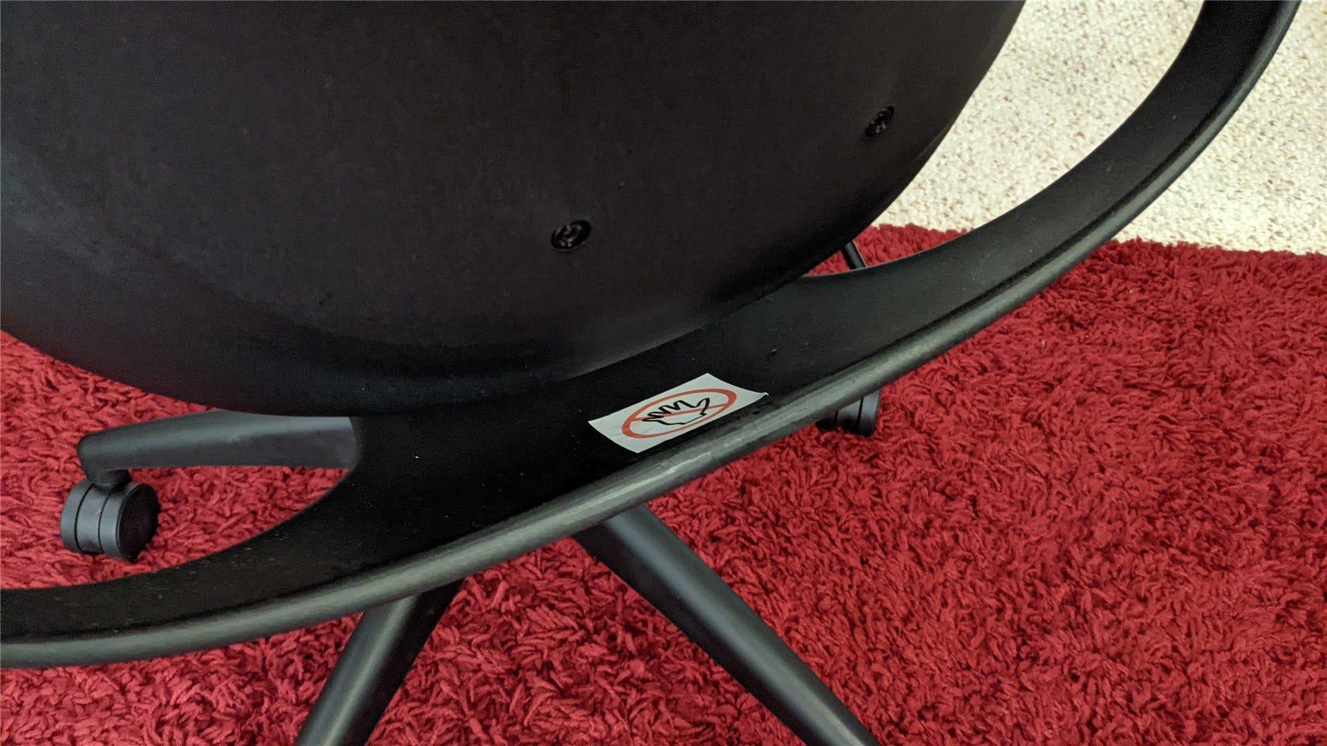 Изображение спинки стула, показывающее, где качается меньшая часть.