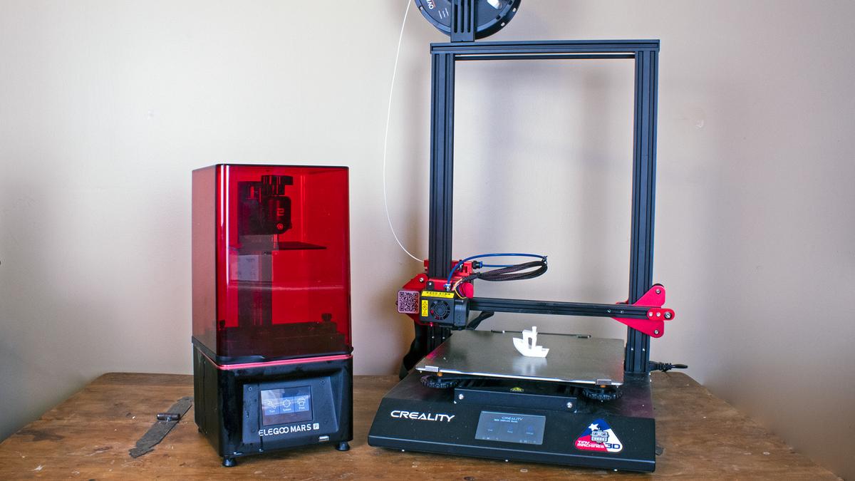 FDM 3d 打印机旁边的树脂打印机。