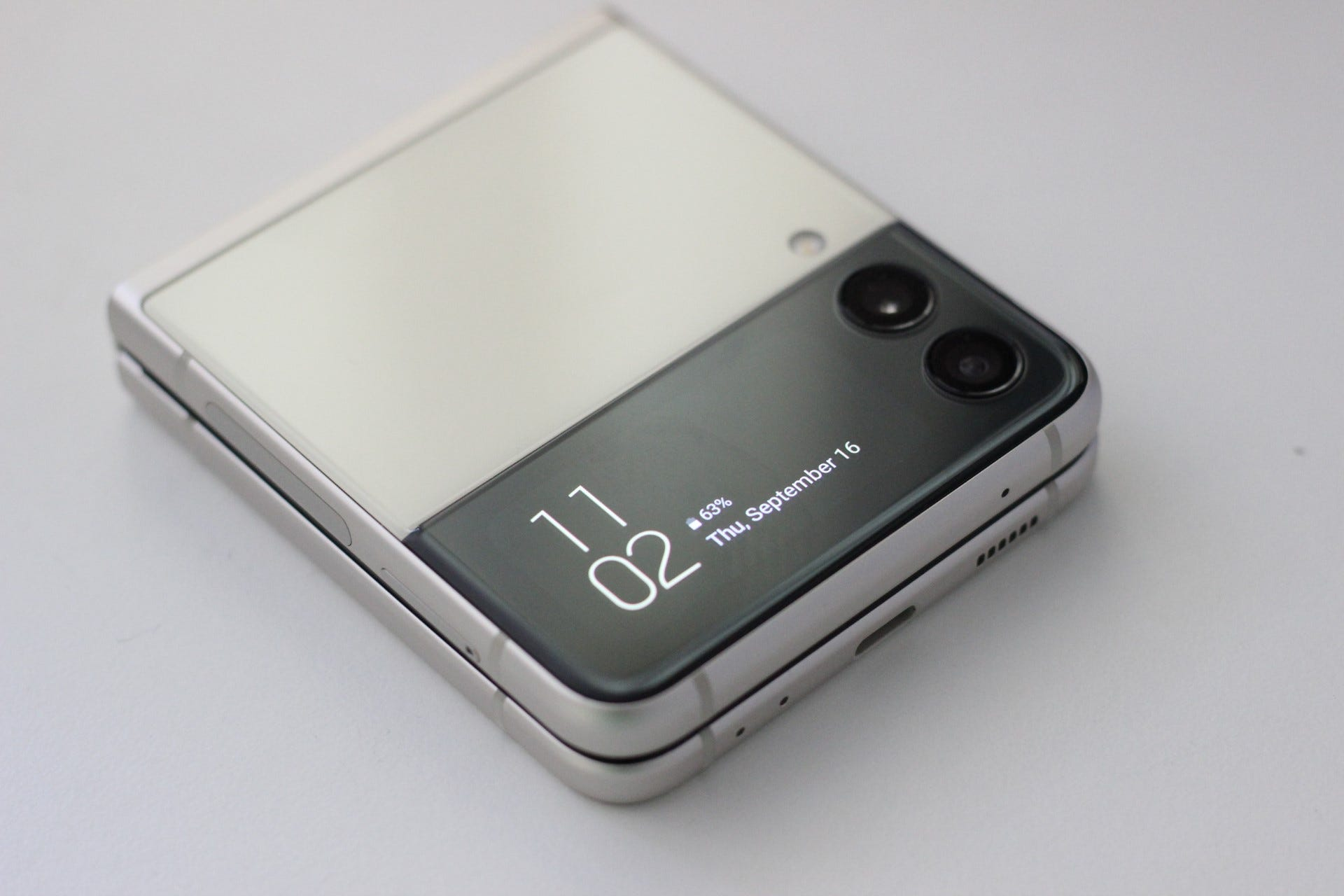 The Flip 3's cover screen on