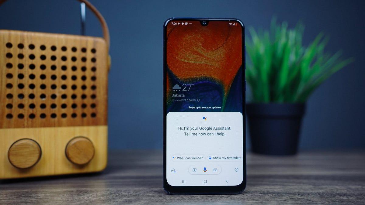 Ekranında Google Asistan olan bir Android telefon.