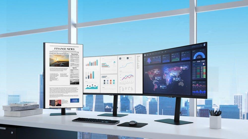 A Samsung új S8, S7 és S6 monitorai egy sokemeletes épület íróasztalán találhatók