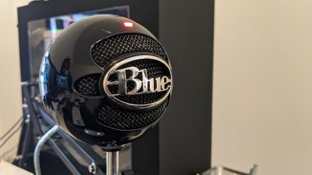 Микрофон Blue Snowball на подставке рядом с компьютером