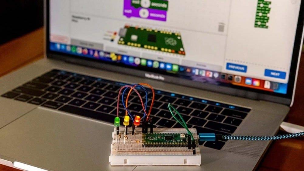 Egy Raspberry Pi Pico csatlakozik egy kenyérlaphoz