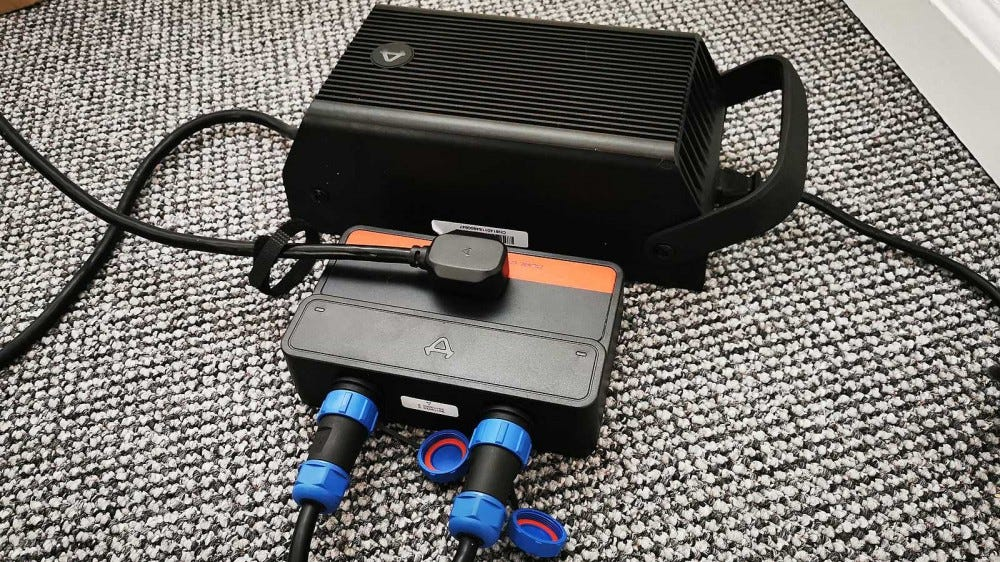 Niu charger and manifold to simultaneously charge two batteries
