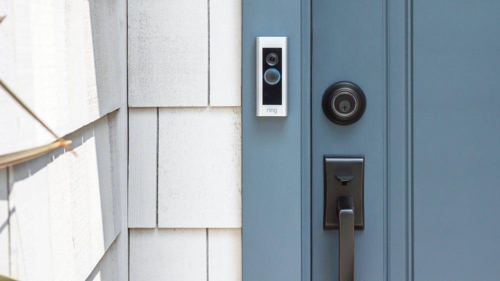 Házhoz szerelt Ring Video Doorbell Pro.