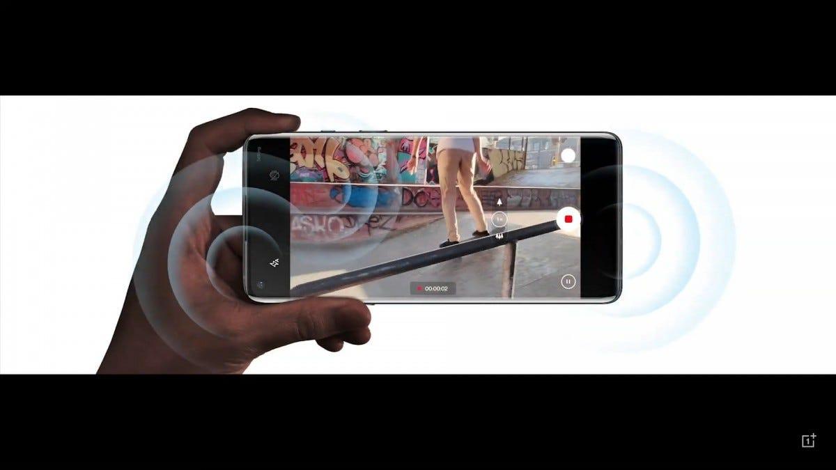 Một chiếc điện thoại OnePlus với sóng âm thanh nổi phát ra.
