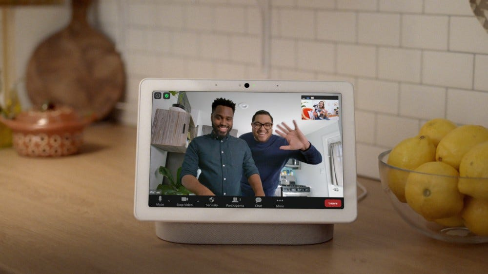 Nest Hub Max با تنظیم تماس زوم روی پیشخوان آشپزخانه