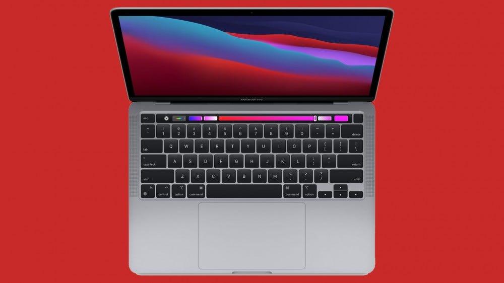 Felülről lefelé néző kép a 13 hüvelykes MacBook Pro piros háttéren