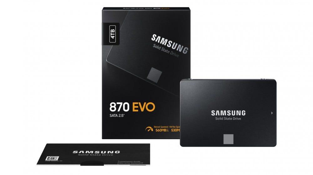 Egy doboz mellett egy Samsung 870 EVO.