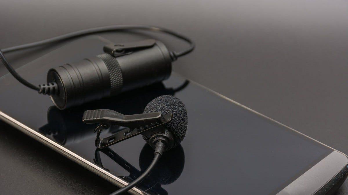 Mikrofon kerah diletakkan di smartphone.