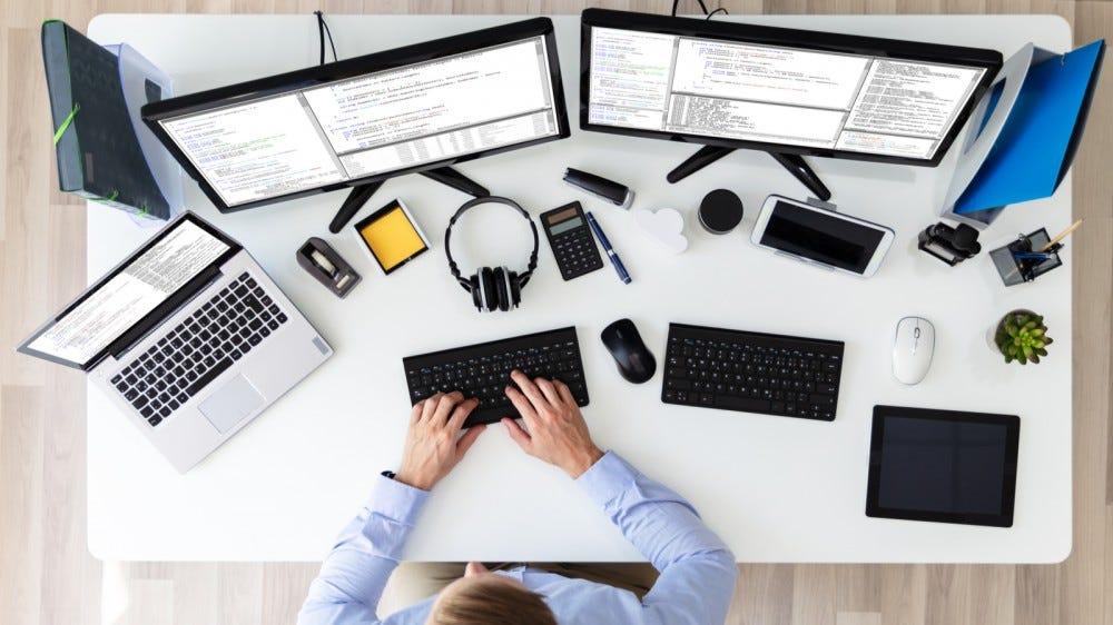 Különböző eszközök terjedtek el a fehér íróasztalon