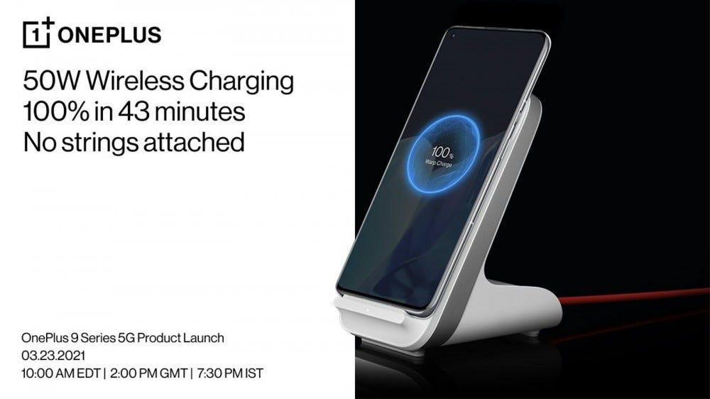 A OnePlus 9 Pro vezeték nélküli töltőállványon.