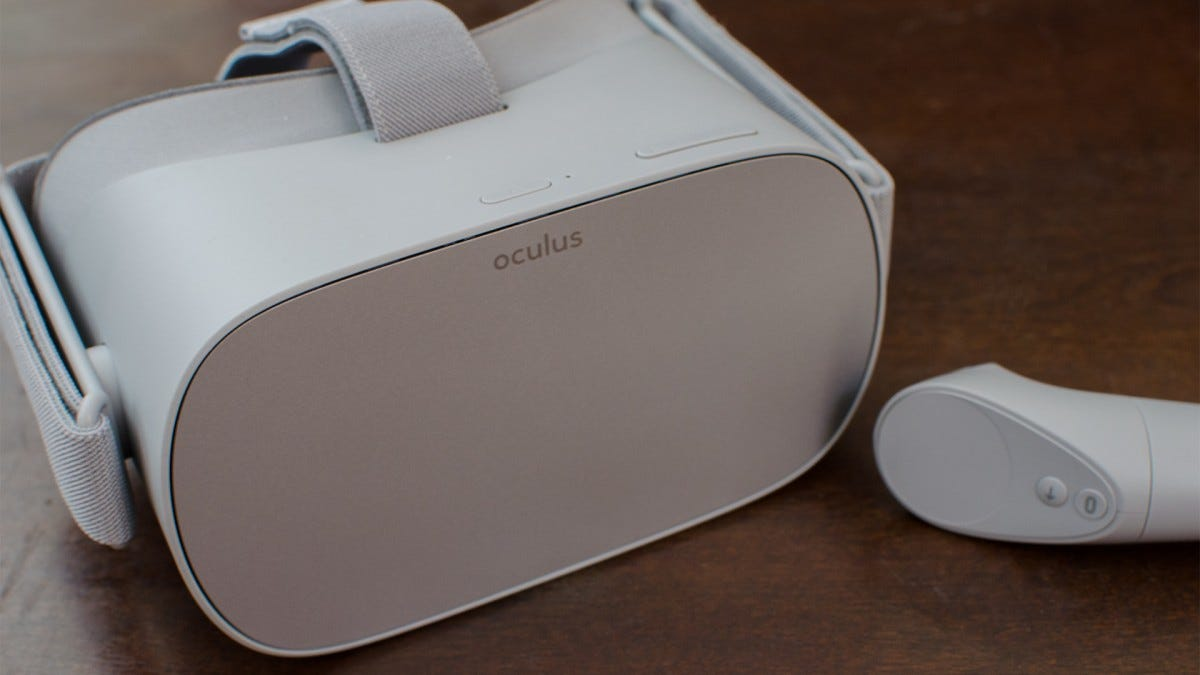Oculus Go and controller from the front