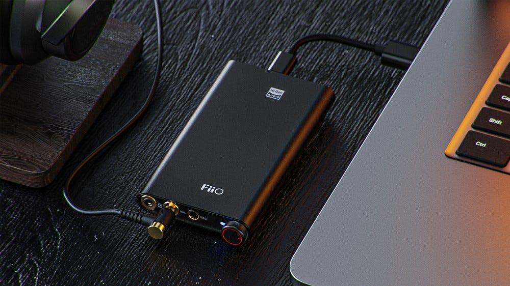 A FiiO Q3 hordozható fejhallgató-erősítő USB-C-vel.