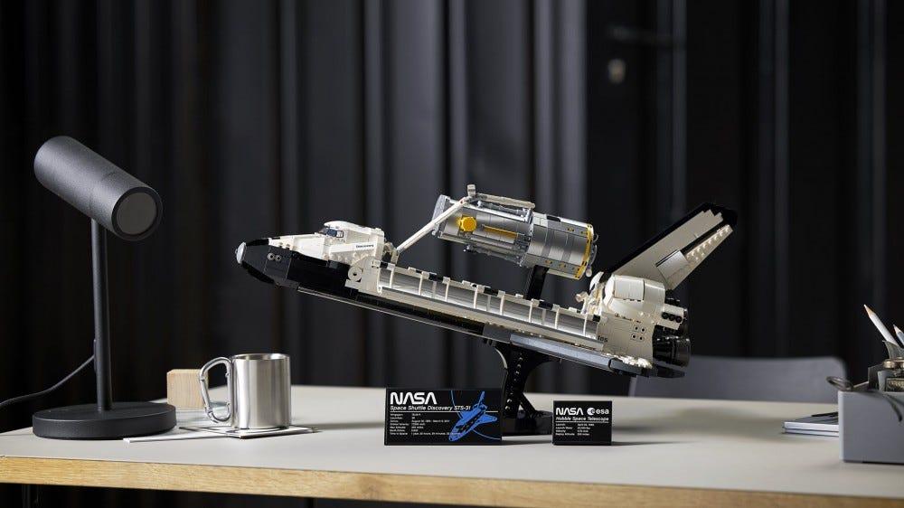 Közelkép a LEGO űrhajó-felfedezésről, kezében egy Hubble teleszkóp