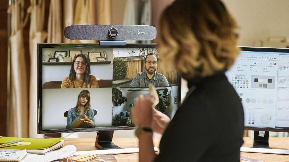 Egy nagy webkamera sáv a monitor tetején.