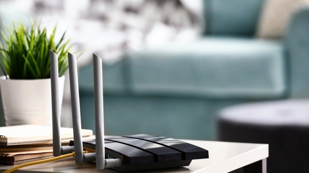 Odada ışıklı masa üzerinde modern wi-fi yönlendirici