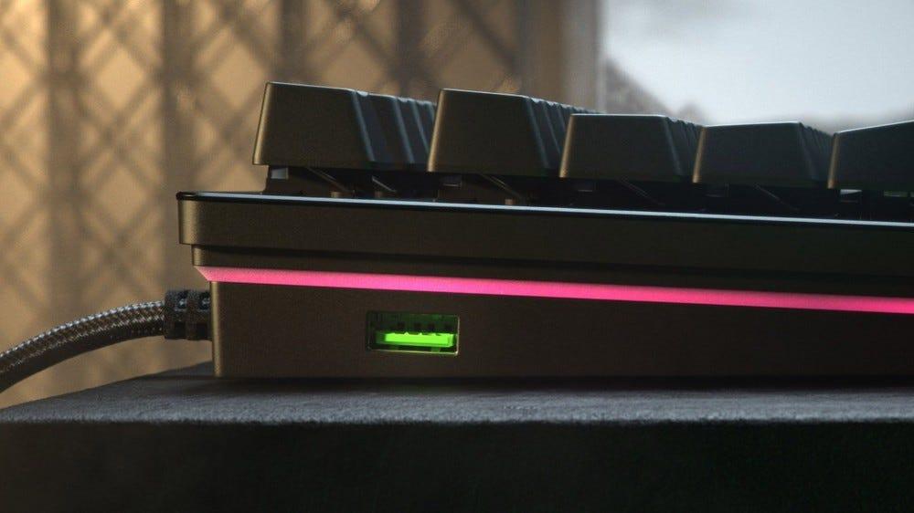 Razers Huntsman V2 oldalsó USB