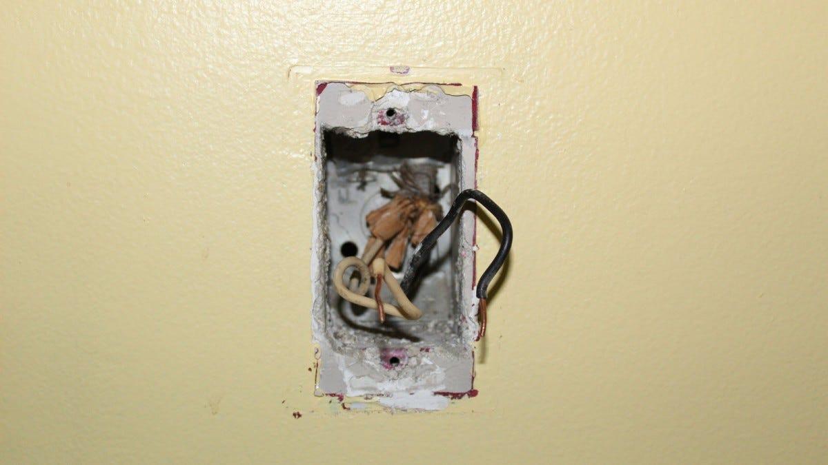 Egy villanykapcsoló-dobozos doboz csak két vezetékkel.