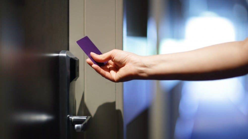 A szálloda ajtajának kinyitása kulcs nélküli belépőkártyával