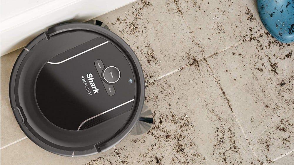 Shark ION R85 cleans dirt on laminate floor