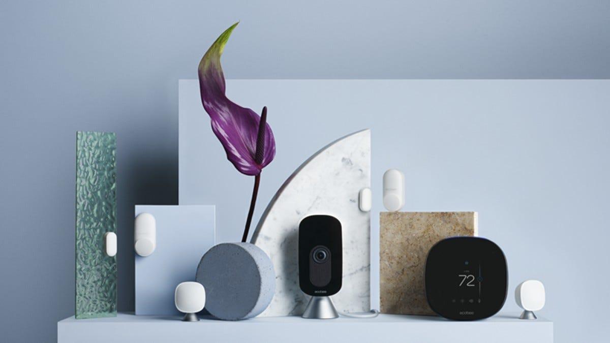 ecobee Smartsensors và camera trên bệ màu xanh.