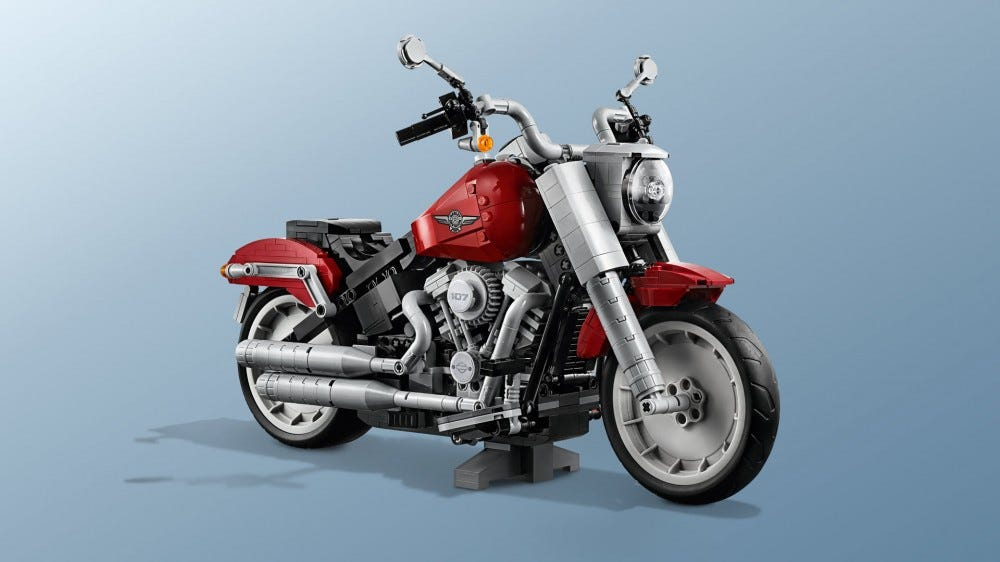 LEGO motorkerékpár állványon.