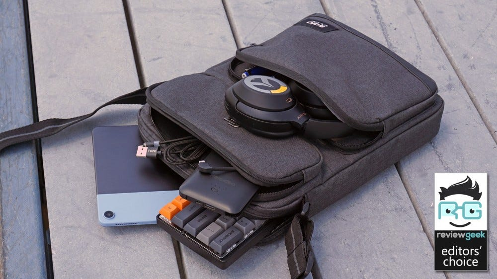 Solo Ludlow Tablet sling, full of electronics