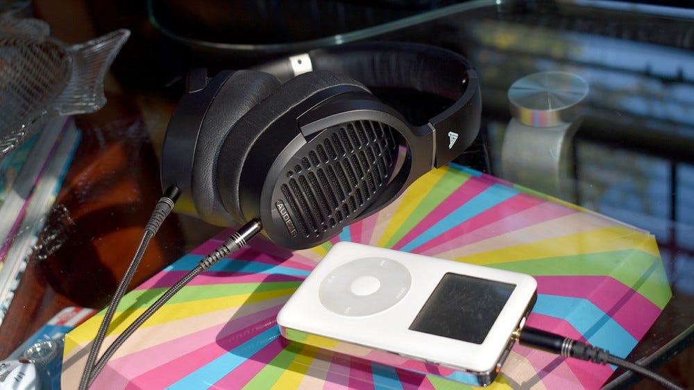 Az Audeze LCD-1s csatlakoztatva van egy iPod-hoz.