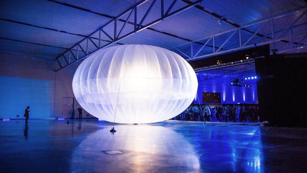 Egy nagy hőlégballon egy tárolóban.
