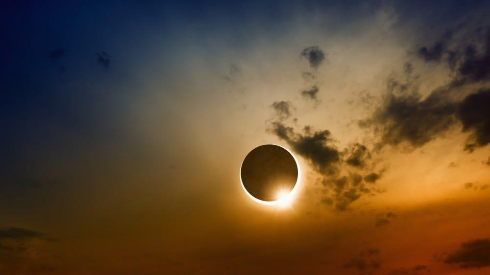 Научный фон с полным солнечным затмением и облаками