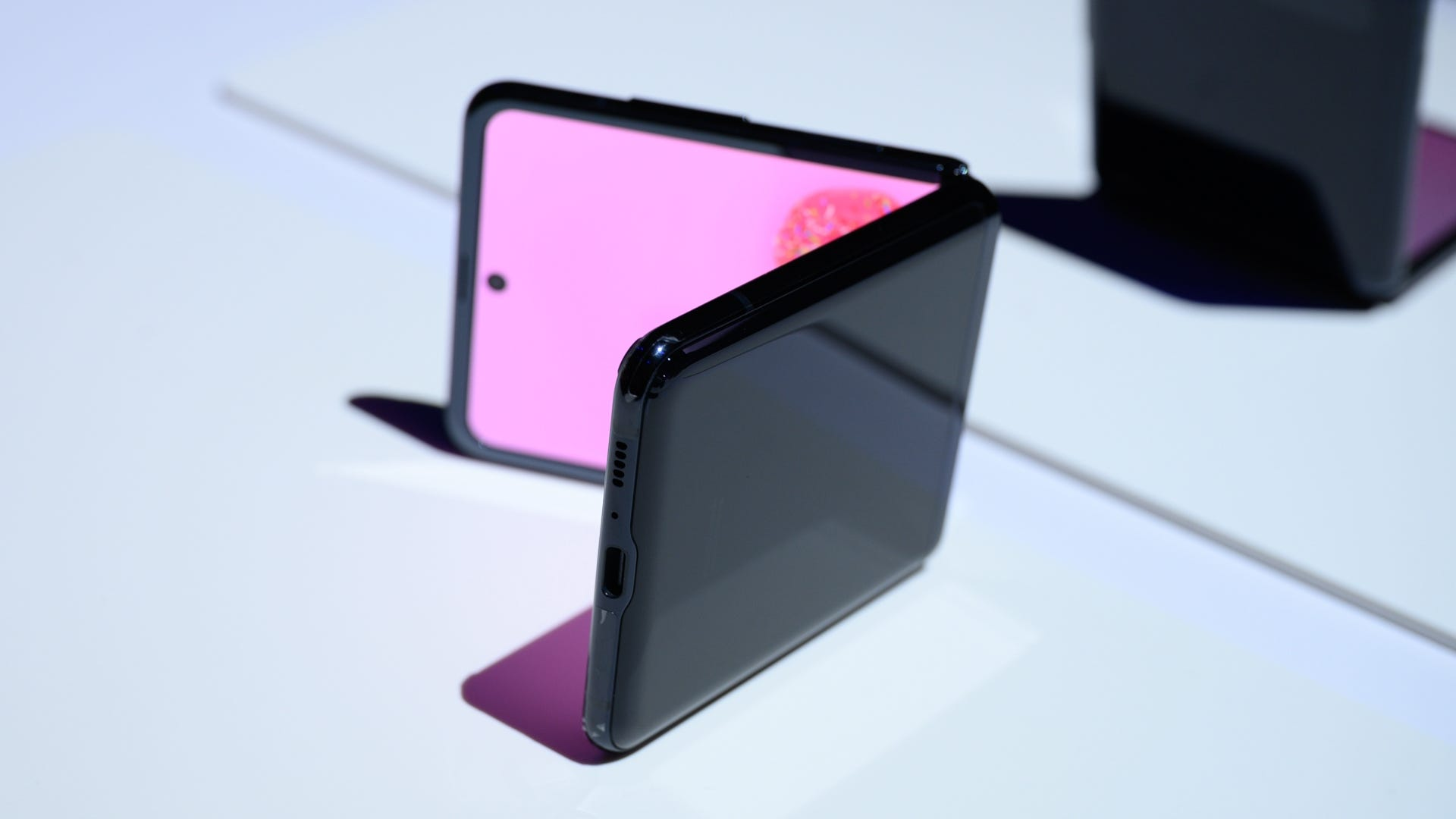 Hands On With The Galaxy Z Flip I Only Thought I Didn T Want A Foldable Review Geek
