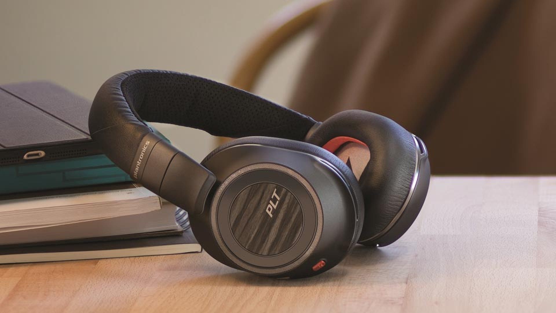 Plantronics Voyager 8200 Uc Headphones Review Great Sound On The Go Or In The Office Review Geek